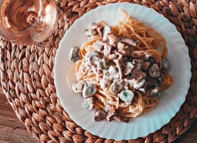 Spaghetti a'la carbonara z dodatkiem bobu i kurek  - Związek na patelni