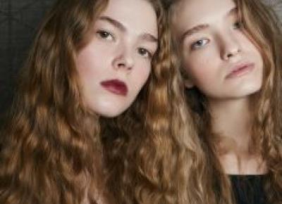 Modne fryzury na jesień i zimę 2020/2021. Poznaj 9 najważniejszych trendów na upięcia, uczesania i cięcia włosów - Elle.pl - trendy wiosna lato 2020 - moda, uroda, modne fryzury, buty, manicure, sukie