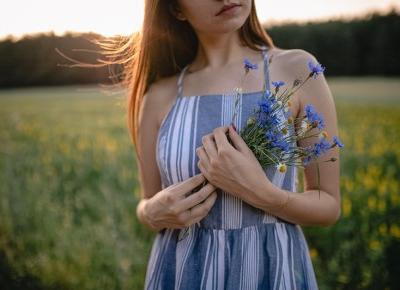Stylizacja: niebieska sukienka z guzikami, sielskie klimaty  -  Ada Zet