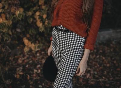 Stylizacja: Czerwony sweter i spodnie w kratę + kod zniżkowy do NA-KD