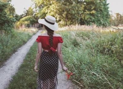 Makowa panienka - stylizacja z czarną spódnicą w kropki i czerwoną hiszpanką - Ada Zet