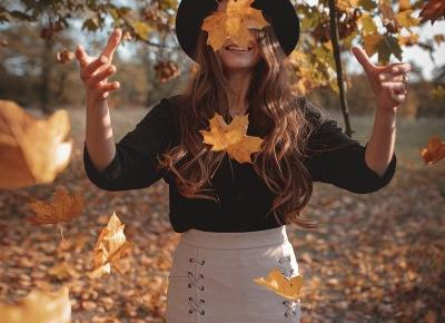 355. Stylizacja: czarna koszula, beżowa spódniczka i kapelusz  -  Ada Zet