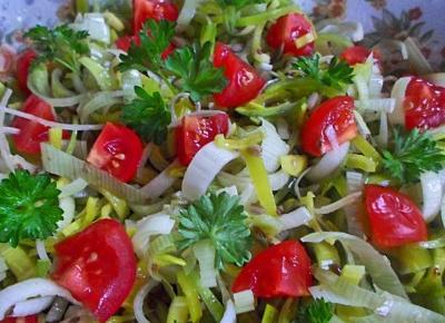Zdrowa surówka z pora , pomidora , natki pietruszki i ziaren - Rytmy Natury