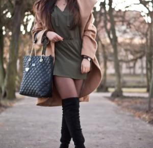 Feather - Mój sposób na modę : Black Overknee Boots , brown coat, green dress. Czarne kozaki za kolano, Brązowy płaszcz, Zielona koszula