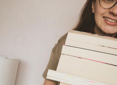 """Alicja 🦊's Instagram photo: """"Jedna z zalet siedzenia w domu, można nadrobić z czytaniem książek 🤓📙 #ksiazkoholiczka #booklover #czytambolubie"""""""