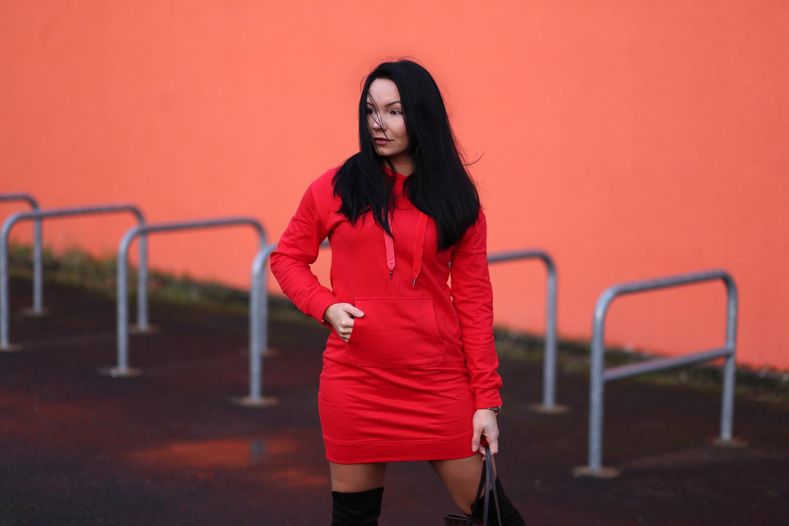 Dresowa sukienka z kapturem - Bonprix