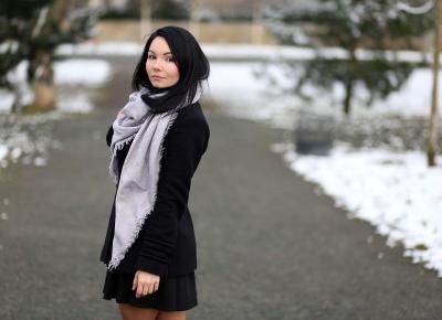 Sukienka z perełkami i krótki płaszcz w stylizacji