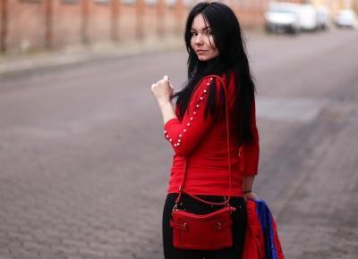 Czerwona torebka w spontanicznej stylizacji
