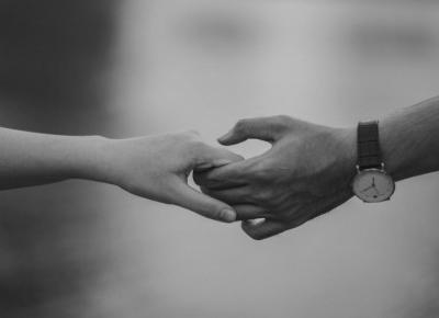 Dlaczego pary trzymają się za ręce?