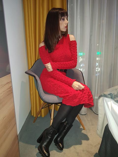SI-MI, cold shoulder wełniania, czerwona sukienka i lateksowy gorset.        |