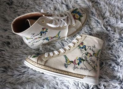 Połączenie płótna i haftów- sneakersy Moschino