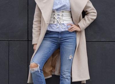 Postrzępione mankiety nogawek jeansów, pas gorsetowy, błękitna koszula- pierwszy wiosenny spacer .        |