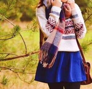 szalik w kratę i sweter ze wzorem