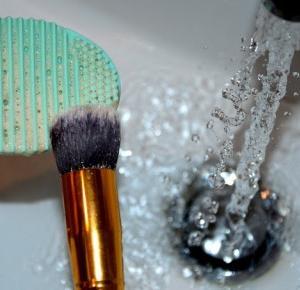 Produkty ze strony Bprn Pretty Store - brushegg czyli silikonowe jajeczko z wypustkami do czyszczenia pędzli zestaw pędzli do makijażu kod rabatowy dla czytelniczek