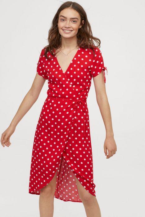 Ta sukienka była hitem w tamtym roku. Teraz znów jest modna