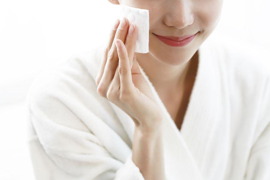 Chusteczki do demakijażu – czy są bezpieczne i czy warto oczyszczać nimi twarz? Oto wszystko, co musicie wiedzieć - Glamour.pl