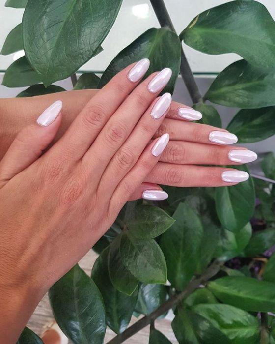 Modne paznokcie 2019: Pearl Nails – trend w manicure, który musicie przetestować jesienią i zimą - Glamour.pl