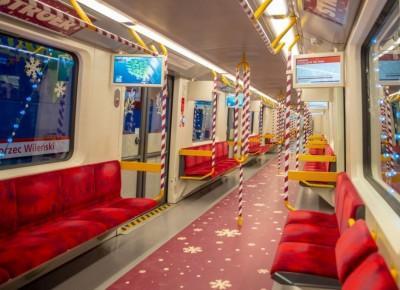 Warszawskie metro (ponownie) gotowe na święta! Zobaczcie, jak wagony wyglądają w środku! - Glamour.pl