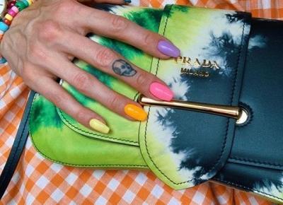 Modne paznokcie 2019: Skittles Nails – łatwy w wykonaniu manicure na jesień - Glamour.pl