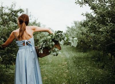 Co nosić latem? Tkaniny, które najlepiej sprawdzą się w ciepłe dni – są lekkie, wygodne i pomogą przetrwać największe upały! - Glamour.pl
