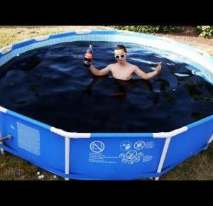 Jak wygląda kąpiel w basenie pełnym Coca-Coli i Mentosów?