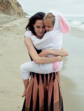 Zawsze pię™kna  Angelina Jolie w poruszającej sesji z dziećmi i mężem. —  K MAG MAGAZYN