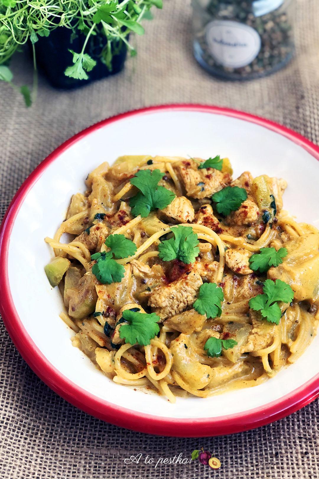 Noodle z kurczakiem i cukinią w sosie curry - A to pestka!