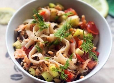Lekki obiad: makaron z łososiem, cukinią i pomidorem - A to pestka!
