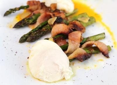 Klasyczne danie ze szparagami, boczkiem i jajkiem - A to pestka!