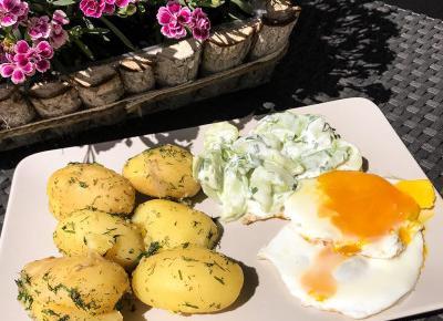 Klasyk Obiadowy: Ziemniaki z Jajkiem Sadzonym i Mizerią