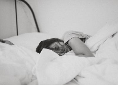Dlaczego powinnaś zasypiać w chłodnym i przewietrzonym pokoju?