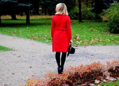 Granatowa sukienka i czerwony płaszcz
