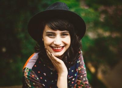 Jak namówić modelkę do uśmiechu? | Psychologia fotografii
