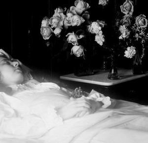 Dlaczego boimy się robić zdjęcia zmarłym? O fotografii post-mortem. | Psychologia fotografii