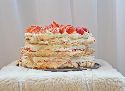 Szczęściem jest być Kobietą.: Przepis na tort bezowy z truskawkami