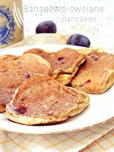 Bananowe pancakes z płatkami owsianymi i śliwkami