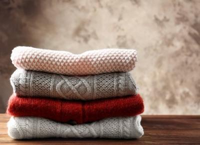 Kolorowe swetry na jesień. W tym sezonie wielobarwne pasy podbijają Instagram