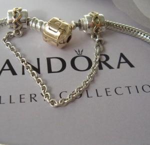 Ewushia: Srebrno-złota Pandora z zamkiem zabezpieczającym.