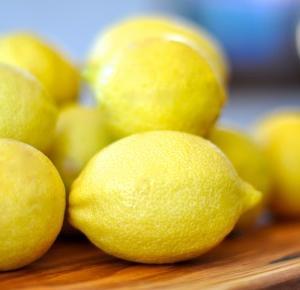 Szybka porada: dlaczego rano warto pić wodę z cytryną?