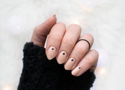 FIXATION.PL: Paznokcie nude z czarnym akcentem | Manicure na co dzień