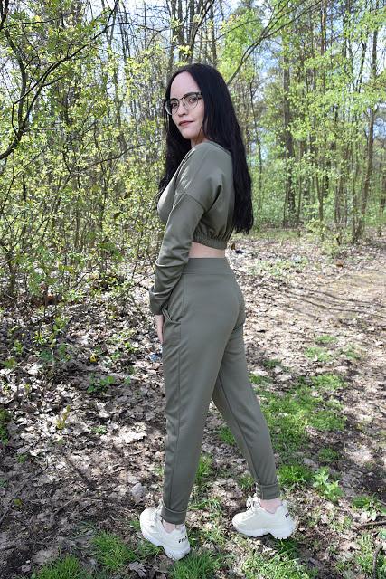 FemmeLuxe - zestaw khaki składający się ze spodni oraz z krótkiej bluzki         |          Simply my life