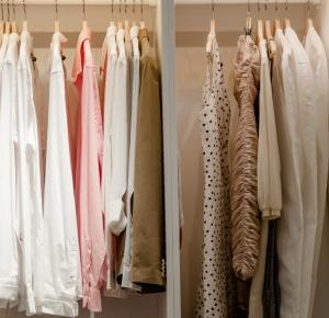 Błędy jakie popełniasz przy układaniu ubrań w szafie - ielgrey.pl