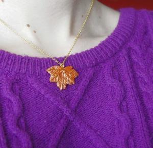 Nad kubkiem herbaty - handmade: Naszyjnik jesienny liść w złocie