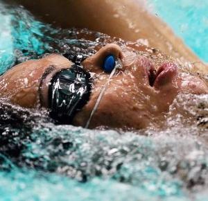 Paweł Trenuje: Jak nauczyć się pływać?