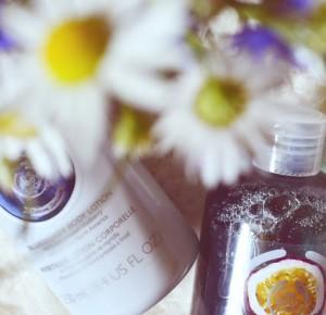 The Body Shop: Pachnący ulubieńcy do pielęgnacji ciała (Passion Fruit, Blueberry) - Like a porcelain doll