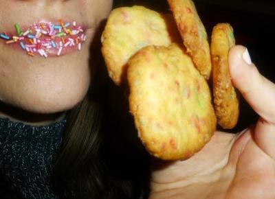 Kruche ciasteczka maślane z kolorową posypką. – Przepisy