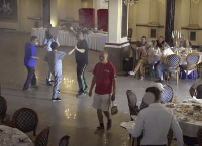 Youtuber wykorzystuje bezdomnych! Zorganizował im wesele z alkoholem w zamian za okropne rzeczy...