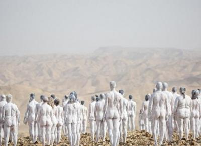 Sztuka na ratunek planecie: nadzy ludzie na pustyni. O co chodzi?