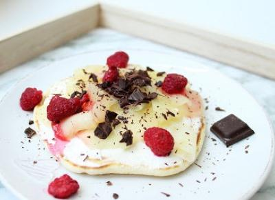 Przepis: Pancakesy z serkiem waniliowym, prażonym jabłkiem i malinami        |         Julia Kaźmierska