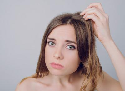 Gdy włosy szybko się przetłuszczają u nasady.
